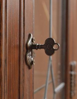 y-127-f アンティーク風ガラスキャビネットの鍵穴