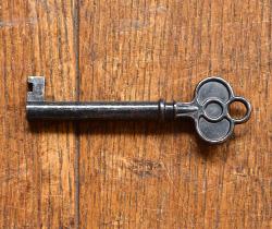 y-127-f アンティーク風ガラスキャビネットの鍵